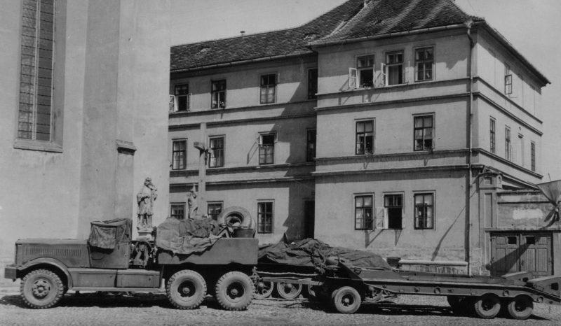 Танковый транспортёр из тягача Diamond Т-981 в чешском городе Тржебонь. Май 1945 г.