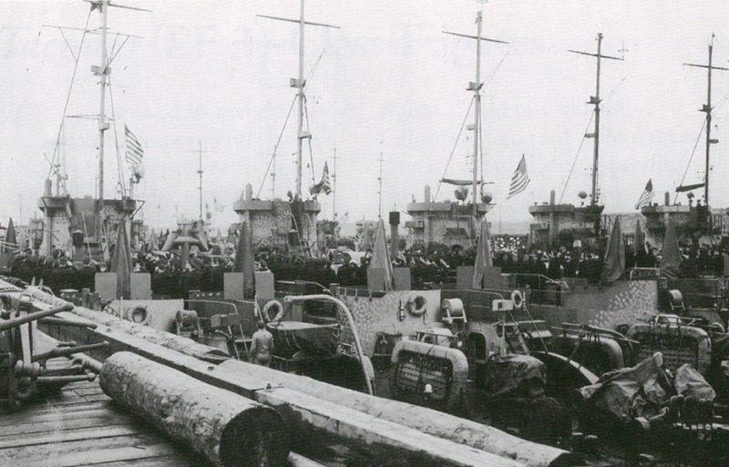 Спуск флага США на кораблях LCI (L), передаваемых Советскому Союзу в Колд-Бэй. 9 июня 1945 г.