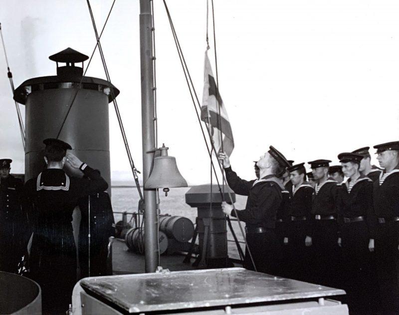 Церемония поднятия советского военно-морского флага на кораблях, передаваемых США в Холодной бухте. 9 июня 1945 г.