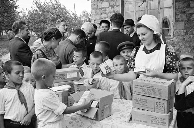 Раздача продуктовых наборов Ленд-лиза в Москве. 1945 г.